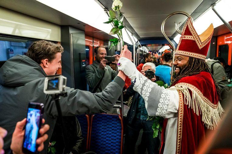 De Nieuwe Sint nam de Koninklijke Route ¿ de metro, die Koning Willem-Alexander onlangs ook nam. Beeld anp