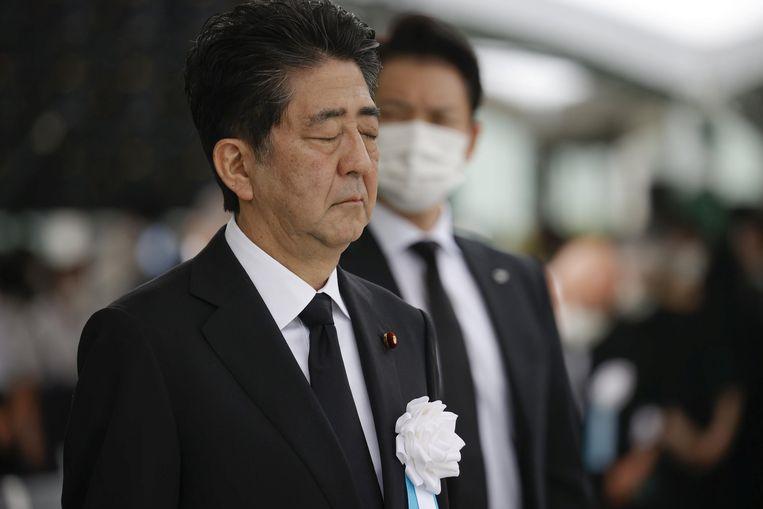 De Japanse premier Shinzo Abe in stil gebed tijdens de herdenking van de atoombom-aanval op Hiroshima op 6 augustus.  Beeld REUTERS