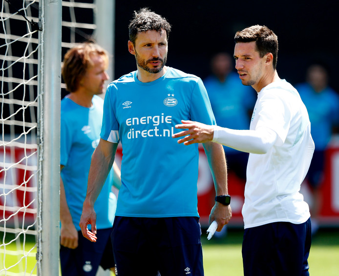 De nieuwe PSV-trainer Mark van Bommel met aanwinst Nick Viergever, die overkwam van concurrent Ajax.
