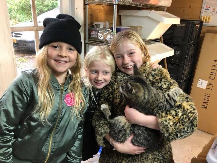 Vlnr: Lizzy, Floortje en Lotte aarzelden geen seconde toen ze een kat in nood zagen in een sloot in Sleeuwijk.