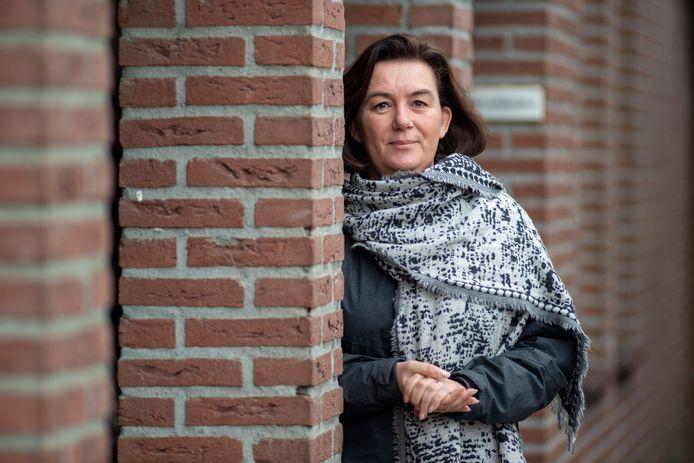 """Linda Verschuur (49) is de jongste kandidaat op de landelijk kieslijst van 50Plus. In Hardenberg vertegenwoordigt ze ouderenpartij al in de gemeenteraad. ,,Met mijn achtergronden in de verzorging, verpleging en ook gerontologie heb ik daarvoor genoeg bagage, vind ik."""""""