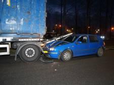 Automobilist botst tegen vrachtwagen in Wijk en Aalburg en raakt gewond