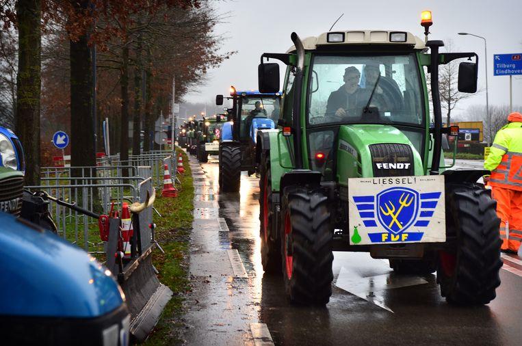 Brabantse boeren demonstreren bij het provinciehuis in De Bosch tegen het aangekondigde stikstofbeleid. De voorste traktor voert de afbeelding van Farmers Defence Force. Beeld Marcel van den Bergh