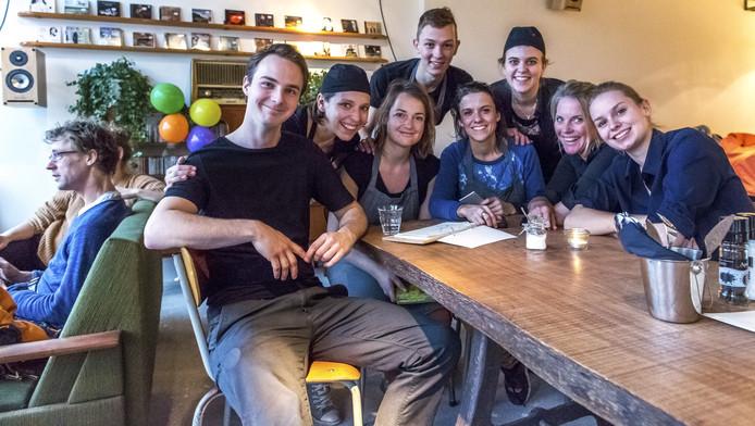 De crew van Café Het Muzieklokaal. In het midden aan de kop van de tafel de oprichters Talitha Verheij en Sanne van Buuren.