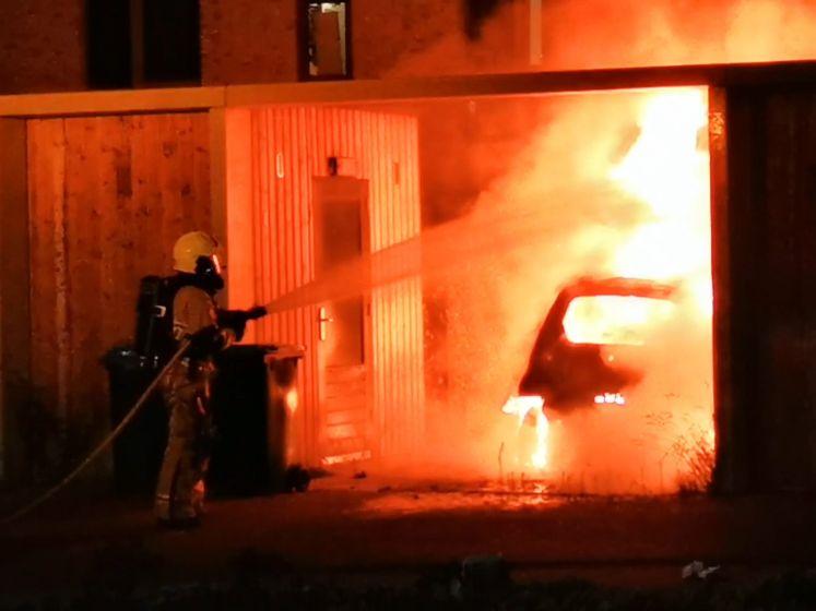 Alweer gaat een auto in vlammen op in Enschede