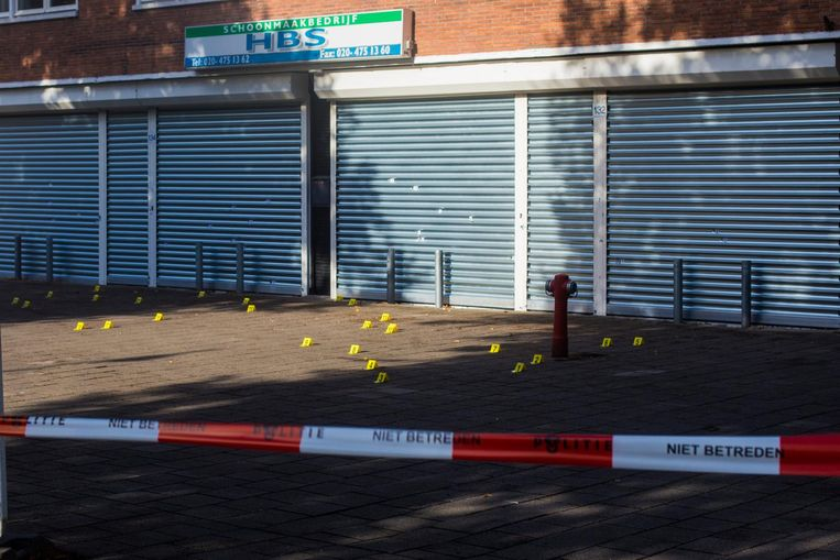 Schoonmaakbedrijf HBS kreeg 27 kogels te verduren. Achter deze zaak lag ook nog een explosief. Beeld Maarten Brante