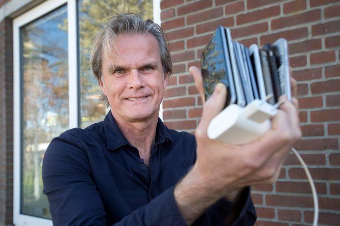 Frans van der Brugge van PLUK! Fysiotherapie is een actie gestart om 200 smartphones (met oplader) in te zamelen zodat ouderen kunnen videobellen.
