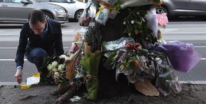 Burgemeester Steve Stefanopoulos legt bloemen op de plaats waar de Nederlandse Gitta Scheenhouwer omkwam.