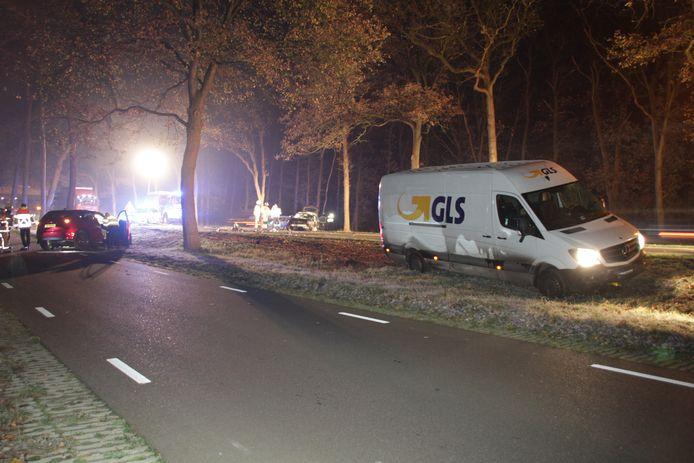 Bij het ongeluk waren twee auto's en een bedrijfsbus betrokken. Het is niet duidelijk of er personen gewond zijn geraakt.