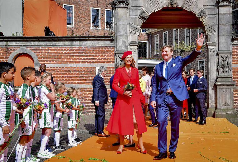 Koning Willem-Alexander en koningin Maxima zijn in Groningen aangekomen.  Beeld ANP