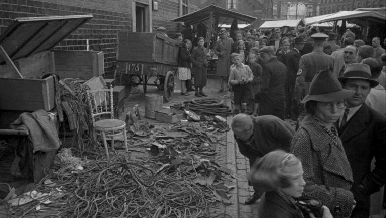 De armoede in Amsterdam wordt pijnlijk duidelijk in Stad in oorlog. Beeld NIOD