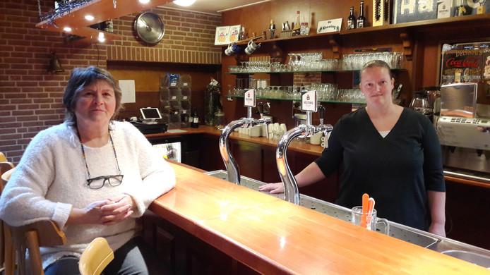 Dorpshuis De Skulpe in Blankenham, met bestuursleden Karin Hakvoort (achter de bar) en Linda Donker, wordt gerund door vrijwilligers nu er geen beheerder meer is.