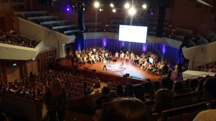 Volle bak in het Muziekgebouw bij het Denk Groter Debat met Paul de Leeuw.