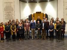 Bram Bout heeft dirigentschap van jongerenkoor Hananja overgedragen aan Jolanda van de Wege