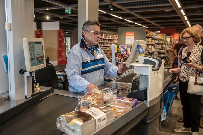 Thea van Nuenen werkt 50 jaar bij de Albert Heijn in Nuenen.