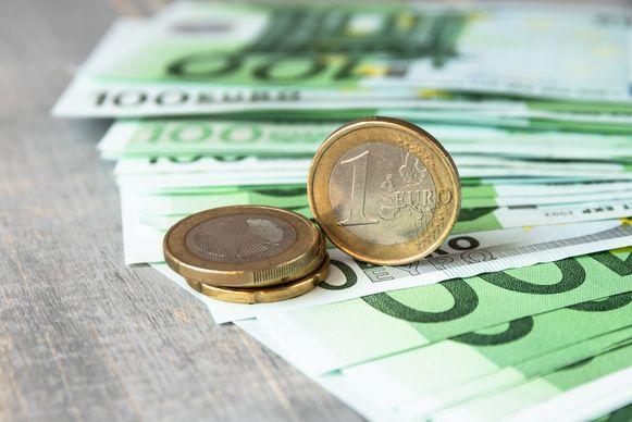 Als een werknemer 2.056 euro netto op zijn bankrekening vindt, dan heeft de werkgever daar zelf ruim 4.100 euro voor neergelegd.