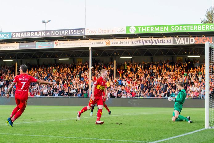 Richard van der Venne opent de score namens Go Ahead Eagles tegen Jong FC Utrecht.