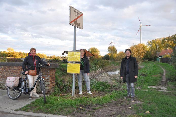 Schepen Tom Beunens, burgemeester Lut Deseyn en schepen Caroline Valck in de Meersstraat, waar er rechts een nieuw fietspad komt.