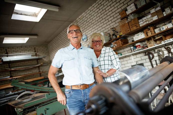 De laatste loodgieter van Wouw, Peter Maas, stopt ermee. Hier samen met zijn vrouw José Imandt. FOTO Marcel Otterspeer / pix4profs
