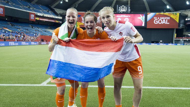 Mandy van den Berg, Merel van Dongen en Vivianne Miedema zijn blij met de 1-1 en de derde plaats. Beeld anp