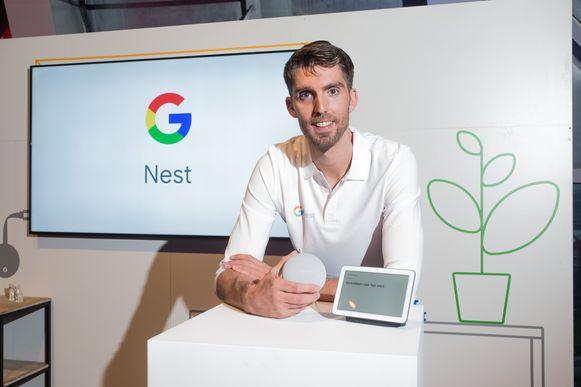 Natuurlijk is manager Jasper van Laanen een enthousiaste gebruiker: om muziek aan te zetten, een recept op te vragen, het boodschappenlijstje aan te vullen én om te vragen hoe een eenhoorn klinkt. In zijn hand houdt hij de Nest mini, daarnaast staat de Nest Hub.