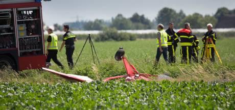 Mannen uit Steenbergen (77) en Delft (55) omgekomen bij vliegtuigcrash in Willemstad, bergen duurt nog de hele avond