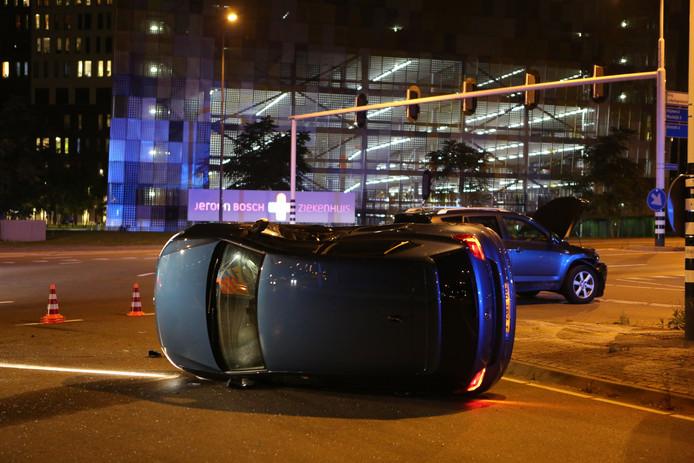 Auto op z'n kant na ongeluk in Den Bosch