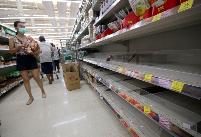 Ook supermarkten in Bangkok hebben te kampen met hamsterende klanten.
