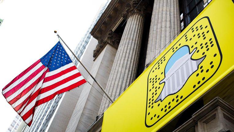 Het logo van Snapchat hangt voor de ingang van de Amerikaanse beurs op Wall Street. Het bedrijf wil in maart 2017 de beurs op. De koerswaarde wordt geschat op zo'n 20 tot 25 miljard dollar. Beeld epa