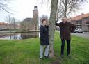 Dorpsraadsleden Arno de Jonge en Tanny de Rooij op een van de plekken waar het standbeeld van Bläsz zou kunnen staan.