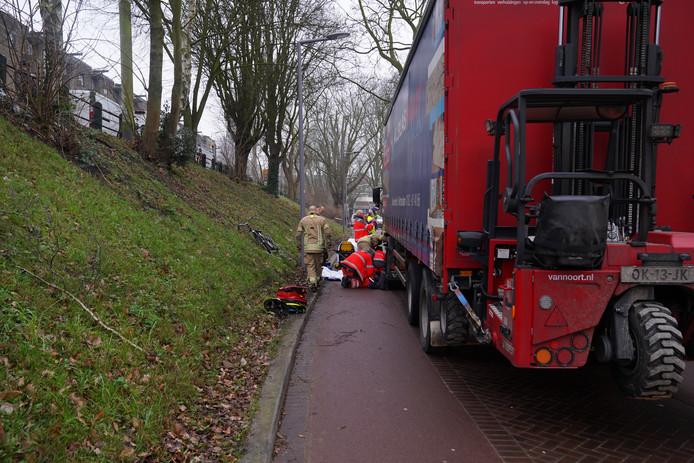 De brandweer heeft geholpen om het slachtoffer onder de vrachtwagen vandaan te halen.