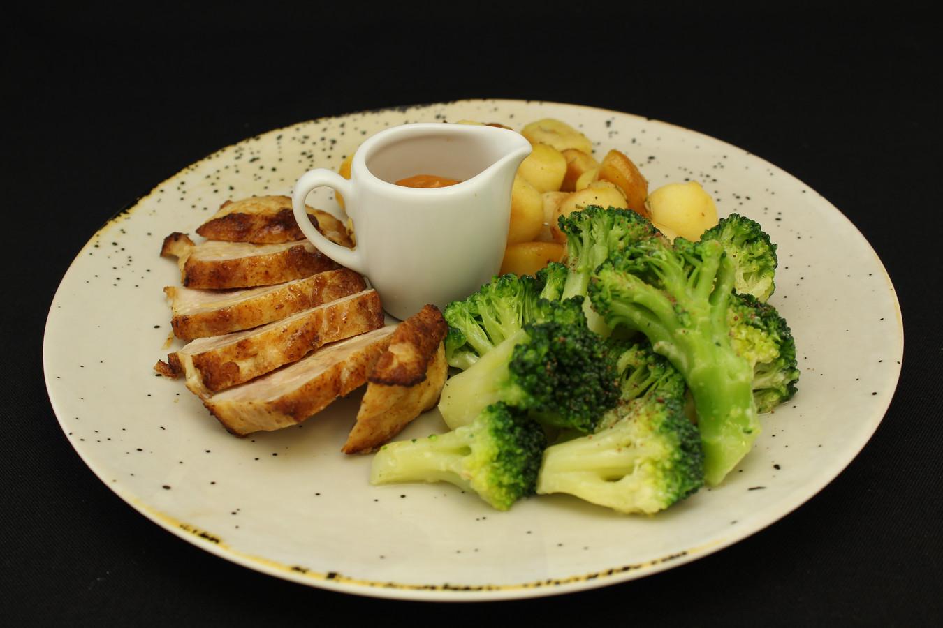 Kippendijen met paprikasaus, broccoli en gebakken krieltjes met ui en rozemarijn