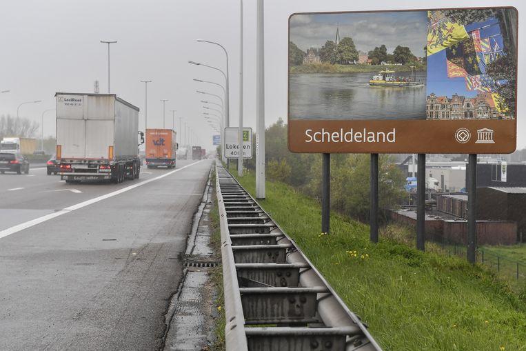 Aan de afrit Lokeren op de E17 werd het bord Scheldeland geplaatst, met daarop het stadhuis van Dendermonde.