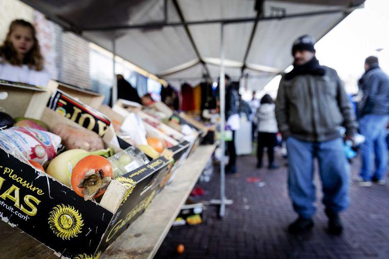 Klanten van de voedselbank nemen een kerstpakket in ontvangst. Beeld ANP
