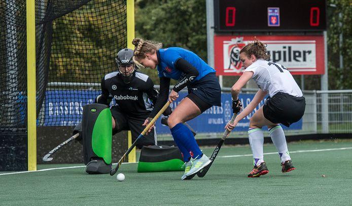 Breda-speelster Amber de Visser (midden) is op weg om haar ploeg op een 1-0-voorsprong te zetten in de wedstrijd tegen Eindhoven.