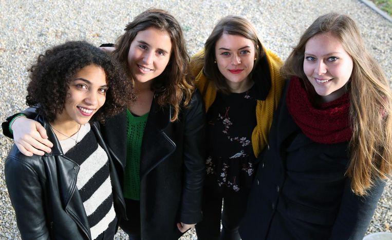 De vier Howest-studentes Sara Bouremah, Delphine Vanroose, Marlies Opstoel en Chloe Vandewalle houden een benefiet in jeugdherberg Groeninghe in Kortrijk.