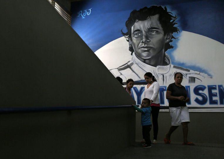 Een afbeelding van Ayrton Senna in een school in Rio de Janeiro. Beeld reuters