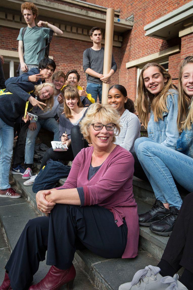Directeur Renée Bouwer tussen leerlingen van Het Lyceum. Beeld arie kievit