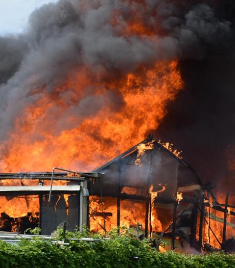 Grote vlammen uit hobbykas achter woning in Etten-Leur