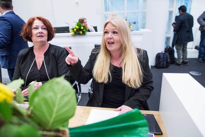 Willie Dille (PVV) bij de installatie in gemeenteraad met Karen Gerbrands (links).