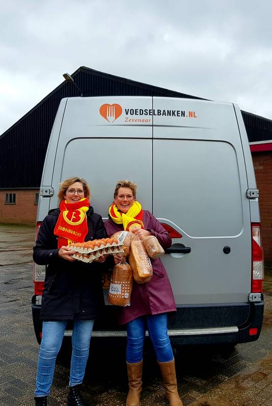 Marian (links) en rechts vriendin Renate met de eieren en het brood bij de Voedselbank in Zevenaar