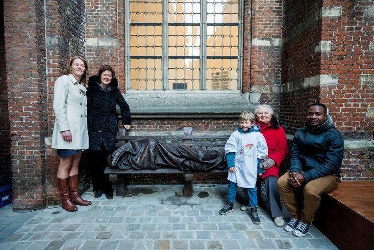 Caroline Bastiaens, Hilde Kieboom, Fien Heeren, Lucia Verreycken en Foudy Mapela aan het kunstwerk.