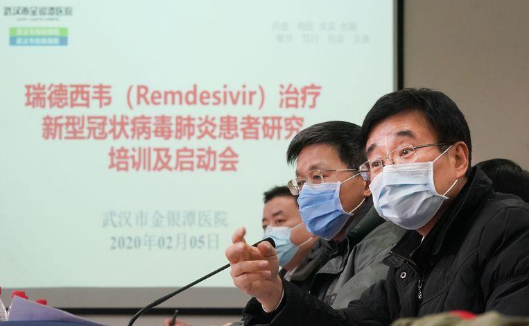 Sprekers op een medische conferentie in Wuhan, begin februari, over de mogelijkheden van het medicijn remdesivir.  Beeld HH