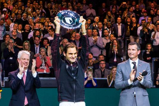 Roger Federer wint het ABN Amro Tennis Tournament, rechts Richard Krajicek.