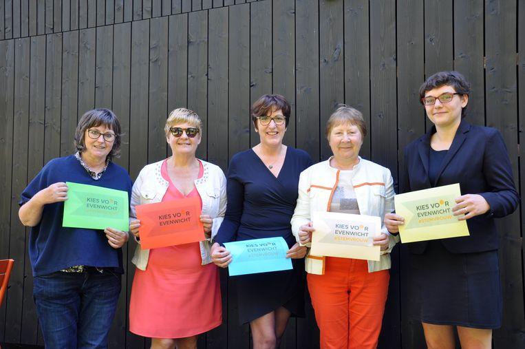 Vijf vrouwen van vijf partijen voeren samen campagne : Hilde Goedertier Open Vld), Marijke Pruyt (Groen), Patricia Sarasin-Dhaene (Sp.a), Els Sys (N-va) en Isabelle Van De Steene (CD&V)