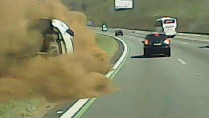 Dashcam filmt hoe roekeloze bestuurder taxi over de kop doet gaan