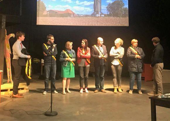 Acteurs van de Tieltse Revue kruipen in de huid van de Tieltse politici.
