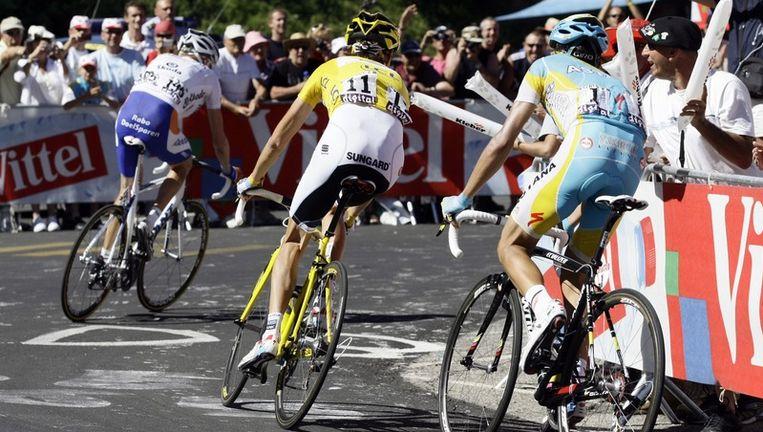 V.l.n.r. Robert Gesink, Andy Schleck en Alberto Contador zondag op weg naar Ax 3 domaines. Foto ANP Beeld