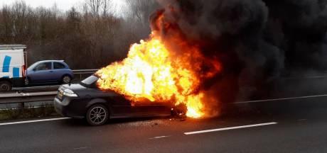 A15 in beide richtingen afgesloten vanwege autobrand