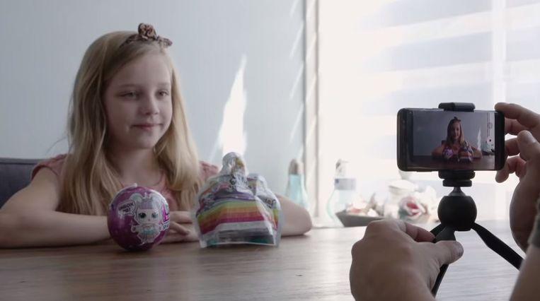 Still uit de documentaire Mijn dochter de vlogger van Doortje Smithuijsen en Joep van Osch, waarin het gezonde verstand bij ouders soms ver te zoeken blijkt.  Beeld VPRO